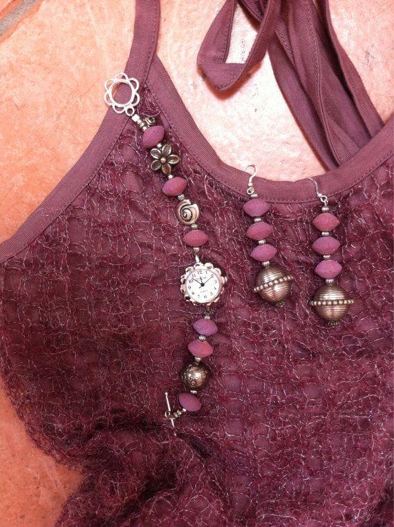 Esempi di orologi fatti a mano con spugna di corallo e metallo disponibile in lilla, turchese scuro o rosa o rosa scuro.
