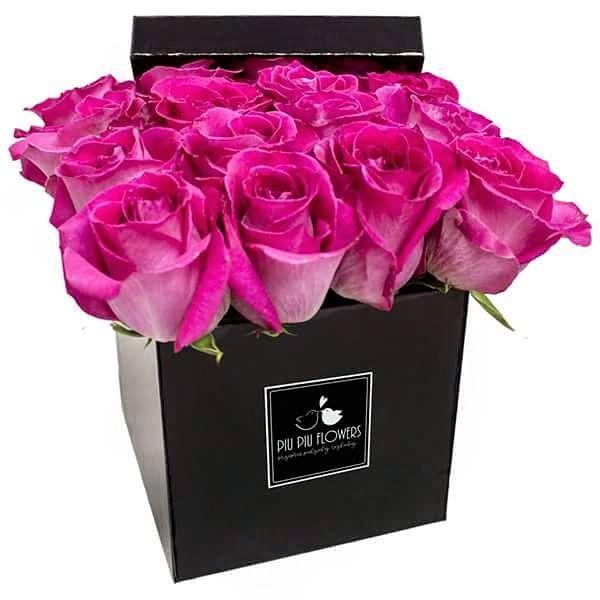 Różowe róże w czarnym mniejszym kwadratowym boxie