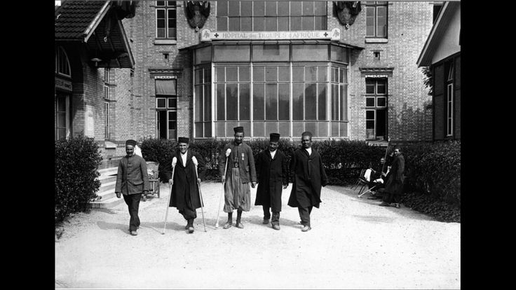 """Groupe de soldats """"indigènes"""" posant devant l'hôpital des troupes d'Afrique à l'hôpital Cochin, s.d."""