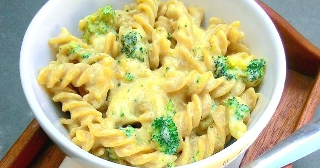Macarrão com queijo no micro-ondas (Mac 'n' Cheese na caneca, com ou sem brócolis)