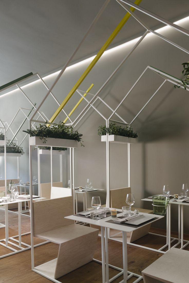 """- lo spazio delle relazioni; la """"casetta"""" si compone di 2 posti a sedere ed un tavolo racchiusi in un modulo che può essere spostato all'interno della sala configurando diversi possibili scenari relazionali (cena intima di coppia con un solo modulo; cene di gruppo accostando diversi moduli); il bancone che affaccia sulla cucina, permette anche all'avventore solitario di consumare un pasto osservando i cuochi che preparano il sushi. photo Sergio Camplone"""