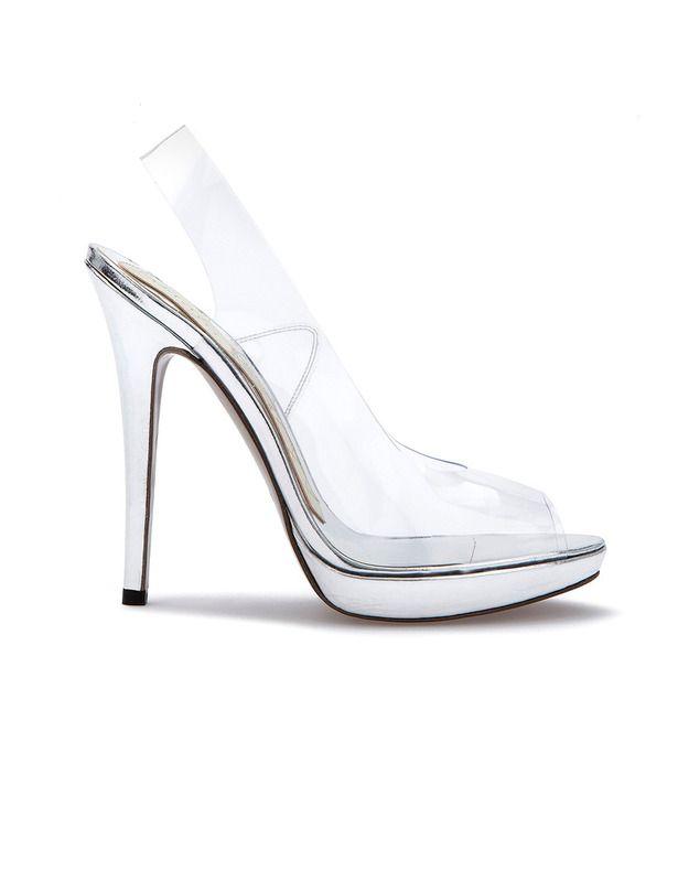 Los zapatos los firma Magrit. una marca 100% española, una de las de cabecera de la Reina. Es el modelo Silvina, con un tacón de 11,5 centímetros, vinilo y plata, cuestan 250 €.