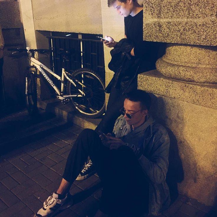 Te protesty to idealny moment na poczytania o tym co się dzieje w kraju i chwilę refleksji #men #polishboy #boy #gdynia #night #evening #friends #social #media