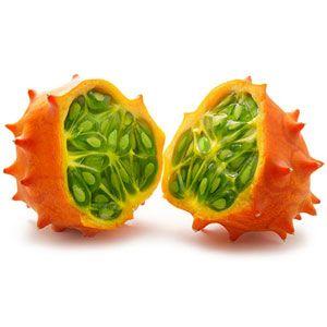 KIWANO. De naam doet vermoeden dat we hier te maken hebben met een soort kiwi, maar de kiwano is meer familie van de komkommer en de meloen en komt oorspronkelijk uit de Kalahari-woestijn. De onrijpe vrucht is groen aan de buitenkant en wordt tijdens het rijpen langzaam oranje. Zodra de vrucht wat oranje begin te kleuren, is ze eetbaar. De smaak is fris en verschilt afhankelijk van het stadium van rijpheid. De smaak doet denken aan meloen, banaan en citroen.