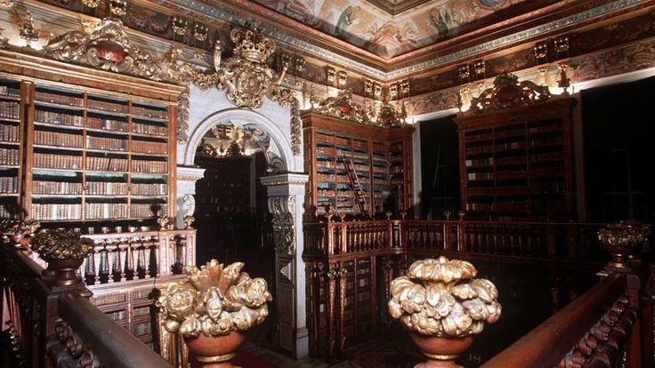 Biblioteca Joanina - Na Biblioteca Joanina descobrem-se mundos dentro de mundos; aqui, tudo é saber, e a arte convida à descoberta.