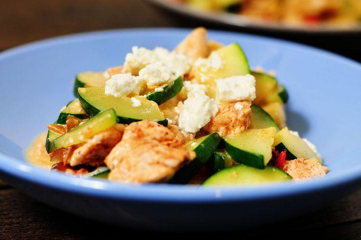 Kip met courgette feta en dadel (1,5 courgette, 2 kipfilet, 5 grote dadels, halve peper, 1 teen look, 100g feta voor 4 p)