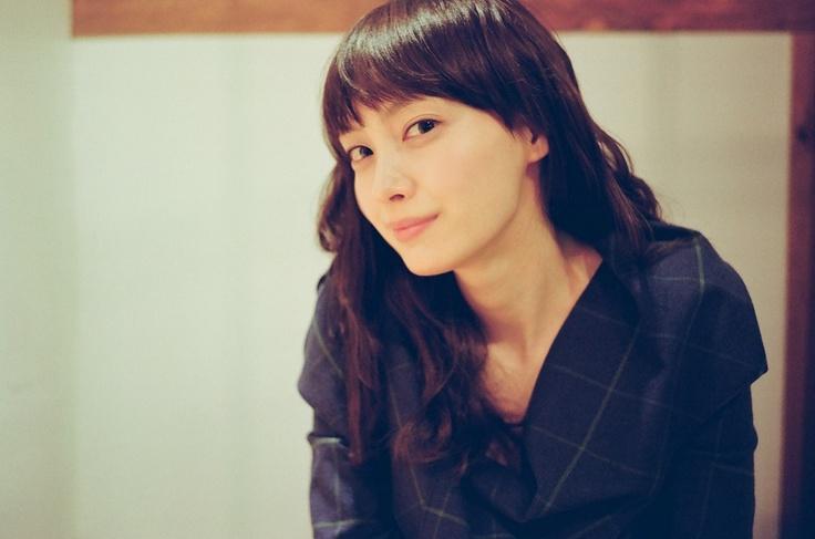 [백은하의 paper100] 이나영과 마주 앉다 http://paper100.khan.kr/12 지난 주엔 16일 개봉을 앞두고 있는 의 배우 이나영을 만났습니다 10년 전 을 찍고 난 후 처음 만났던 이 묘한 소녀는 어느덧 고혹적인 여인이 되어 있었습니다. 이나영, 그녀와 마주 앉은 2012년 2월의 기록이 궁금하시다면기사는 여기서 http://bit.ly/x9EB4l ^^ 확인해주세요 ~