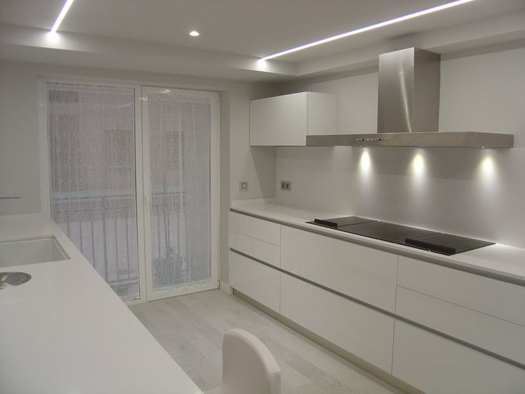 OFFICE HOGAR. Cocina blanco total. Limpieza y pureza en el diseño.