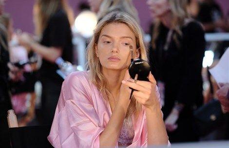 Make Up. Sei cose da sapere per fissare il trucco  - VanityFair.it  http://www.vanityfair.it/beauty/make-up/17/02/04/come-fissare-trucco-spray-primer-cipria