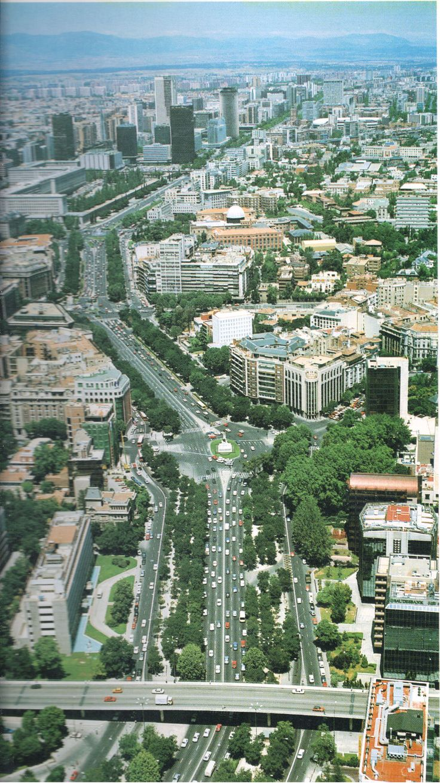 Paseo de la Castellana, una de las calles más largas de Europa, Madrid, España.