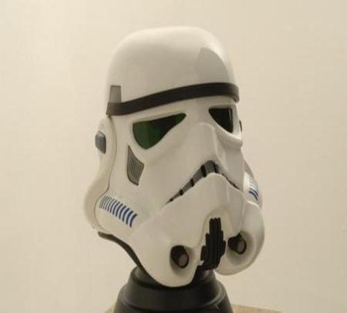 Convierte en un soldado de la guerra de las galaxias con este increíble casco Stormtrooper e intenta no pasarte al lado oscuro.