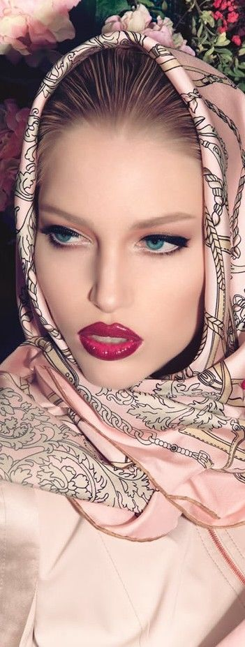 I don't know who this is... but she's gorgeous. And, I love the scarf.