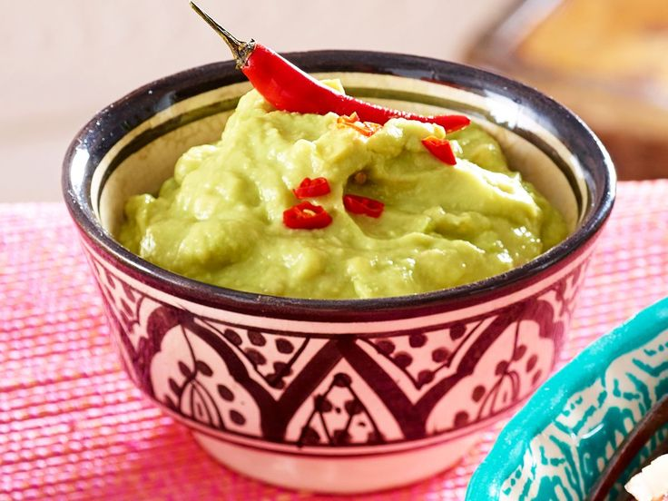 Guacamole schmeckt nicht nur toll, sie ist auch noch gesund! Wie Sie den Avocado-Dip einfach zu Hause nachmachen? Wir haben das Rezept dafür!