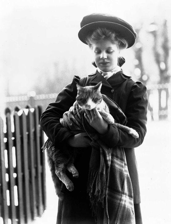 Utendørsfotografi av kvinne i kåpe og hatt | Solveig Lund | 1895-1908 | Norsk Folkemuseum | Public Domain