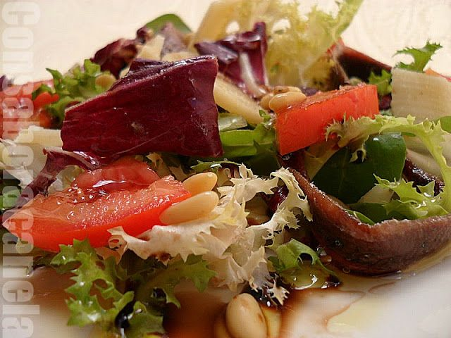 Ensalada  variada con anchoas y parmesano