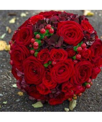 Buchet trandafiri, minitrandafiri si hypericum rosu
