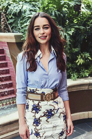 Tenue de Emilia Clarke: Chemise de ville à rayures verticales bleu clair, Jupe crayon imprimée , Ceinture en toile