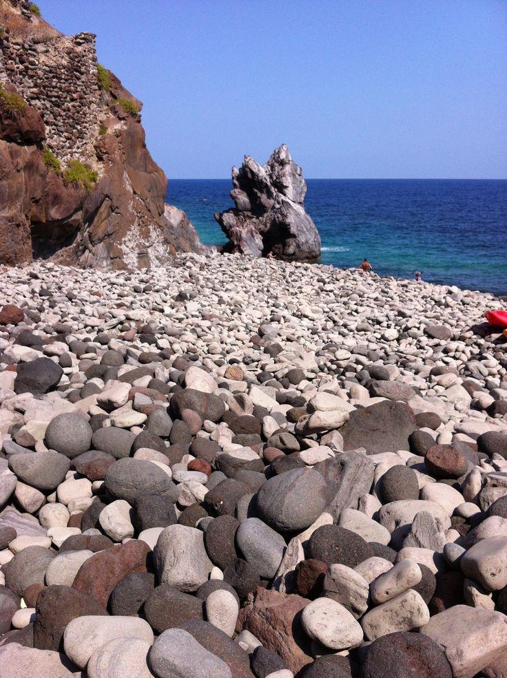 Spiaggia di ciotoli, Isola di Salina . Isole Eolie. Messina . Sicilia 2013. Fdf