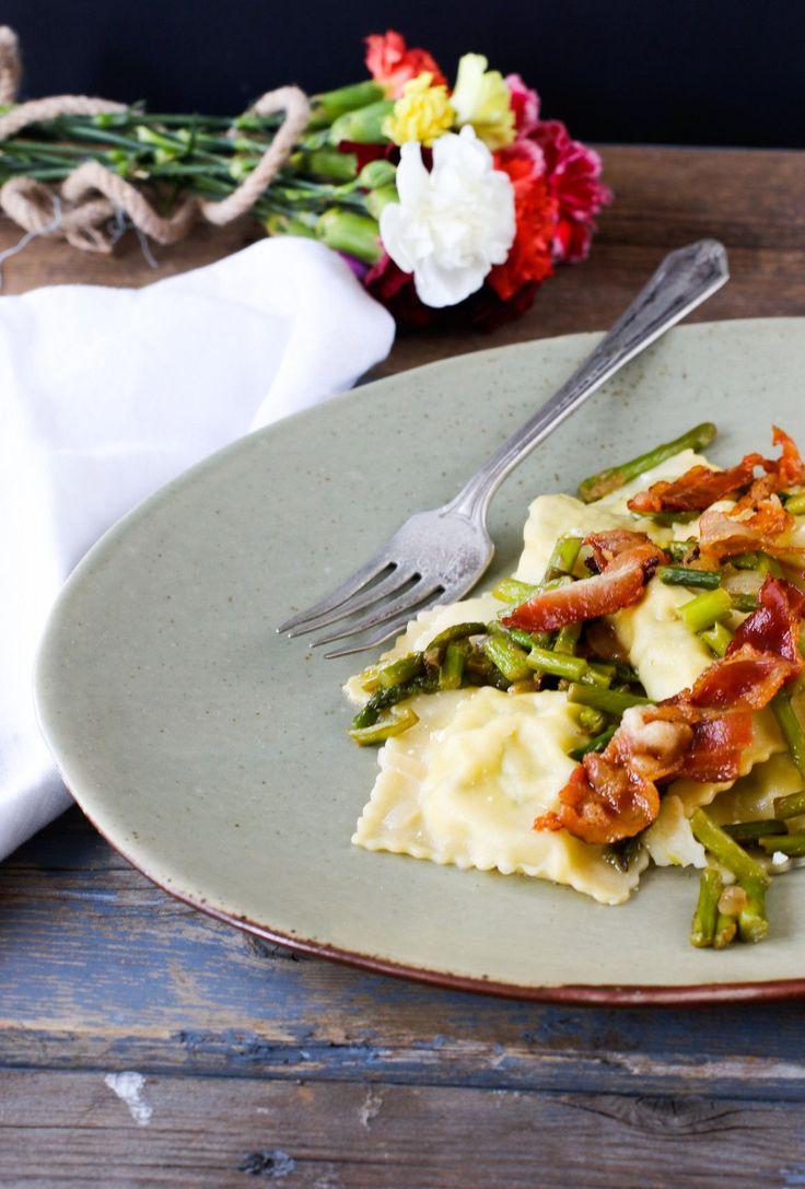 ravioli con ricotta, asparagi e bacon