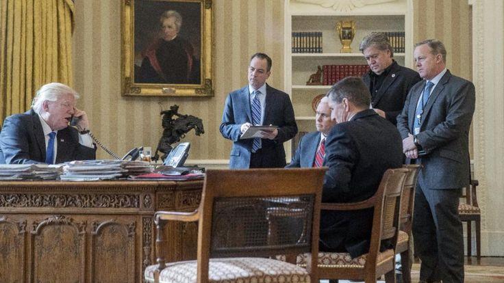Trump (l.) und seine Top-Verdiener: Pressesprecher Spicer (r.), Chef-Stratege Bannon (2.v.r.), Vize-Präsident Pence (3.v.l.) und Stabschef Priebus (2.v.l.)