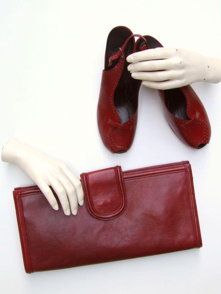 Burgundy vintage 1970s clutch bag and 1940s peeptoe shoes  Bordeauxrode clutch uit de jaren '70 met schoenen met open teen en hiel uit de jaren '40.