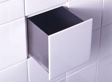 Usa uno de los azulejos del baño para colocar un cajón semioculto para guardar el jabón, por ejemplo.