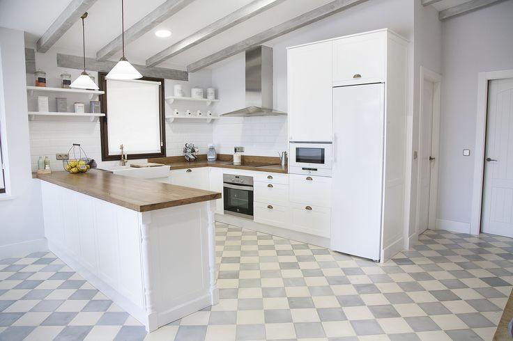 Cocina blanca encimera de madera suelo hidr ulico azulejo metro baldosas hidr ulicas - Suelos para cocinas modernas ...