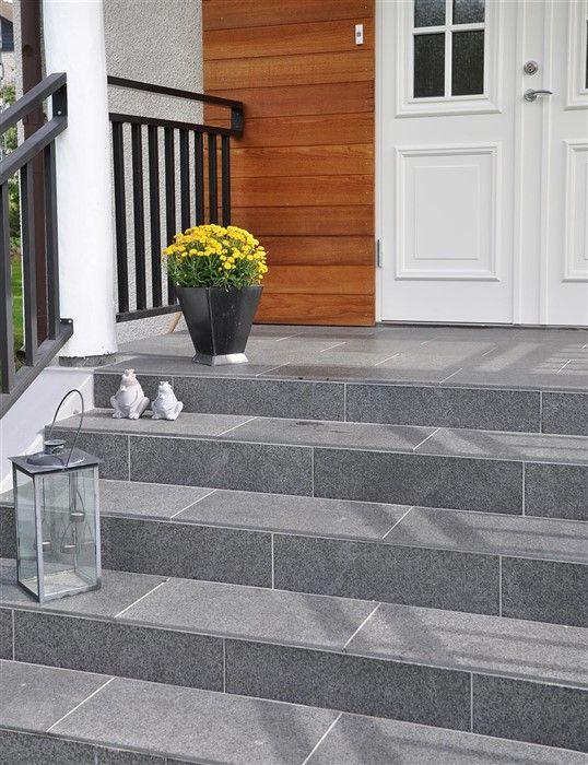 Skapa en naturstenstrappa med trappbeklädnader i skiffer och granit.