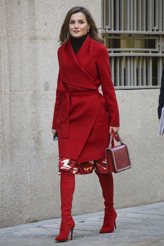 La reina Letizia opta por un abrigo rojo con solapas de corte capa. 21.12.2017
