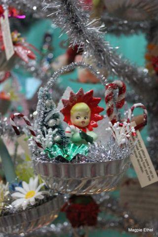 Using vintage Christmas decorations - nice ideas