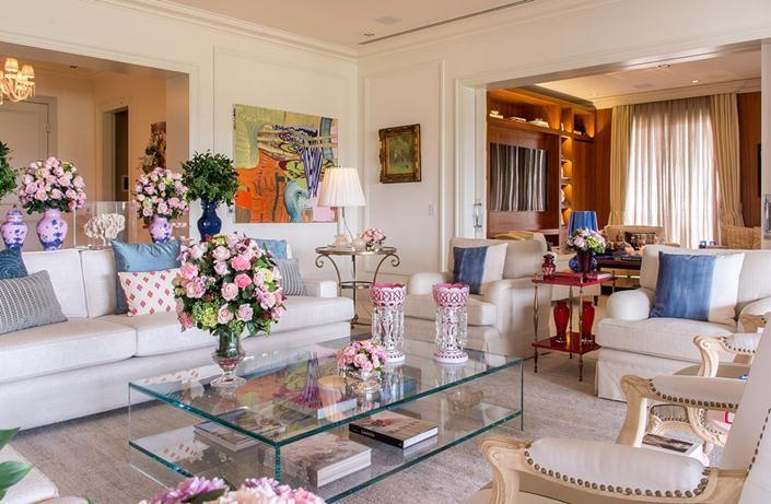Décor clássico e incrível no apartamento de Tamara Rudge. www.encantadahome.com.br  #decor #decoracao #decoração #sala #living #flores #design #interiores #hall #classic
