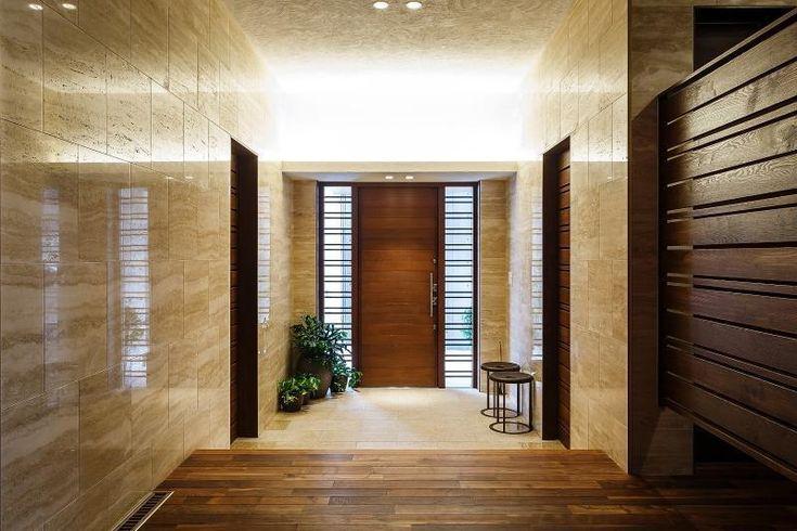 玄関戸の両脇は格子入りの硝子として明るさと透明感を導入しました。大理石を使うと更に高級感が増します。 専門家:北野彰作建築研究所が手掛けた、玄関(HA-KU-A  高石)の詳細ページ。新築戸建、リフォーム、リノベーションの事例多数、SUVACO(スバコ)