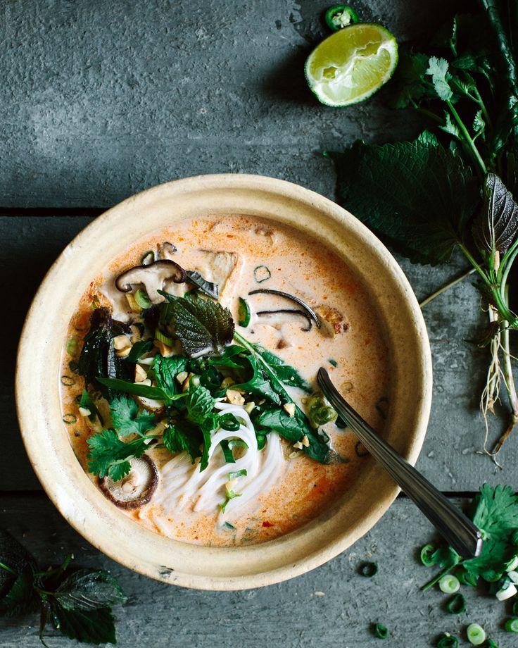 Eine leichte Frühlingssuppe mit Reisnudeln, Tofu, Shiitake und vielen frischen asiatischen Kräutern.