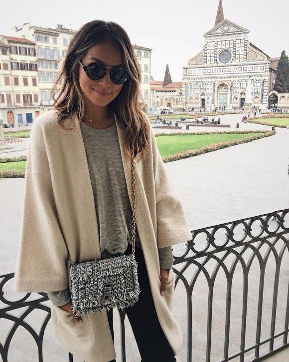 Cape beige, sweat gris chiné, jean noir et sac en tweed Proenza Schouler : l'inspiration look de la blogueuse mode Sincerely Jules #outfit #streetstyle