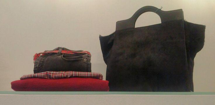 Borsa cavallino, Maglia kimono, Scollo barca rosso, Camicia ruota, Jeans stretch nero