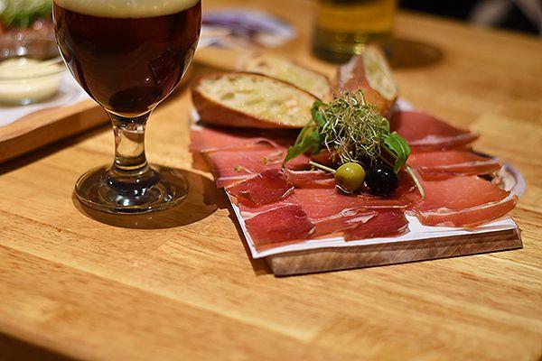 11 sör a csapon, további ötven fajta üvegben - a 2013-ban nyitott Léhűtőben a kézműves sörök mellett most már hibátlan tapasokért is mehetünk!