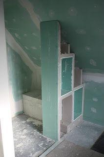 MOB - Ossature Bois - Isolation - Energie - Domotique - BBC - KNX - Alsace: Salle de bain: Mur de la douche avec deux niches et un tabouret sous le rampant