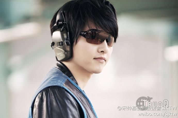 Can you guess who this chic guy is? Yup, it's truly Song Joong Ki! His cuteness stays on where ever he goes. If Song Joong Ki EVER came to Singapore, I'd be happy! Too bad Im only a kid. Mothers don't really allow their children to meet up with strangers (But he's not a stranger!)
