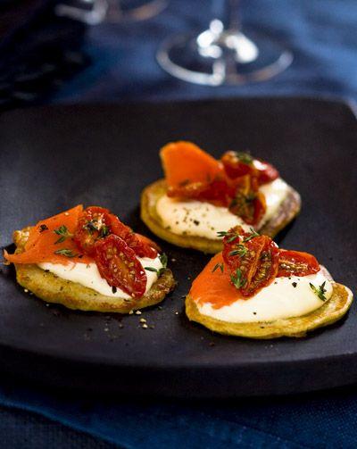 De blini, tomaat en wilde zalm amuse vormt de tweede gang in het zes-gangen diner in de kleur rood.