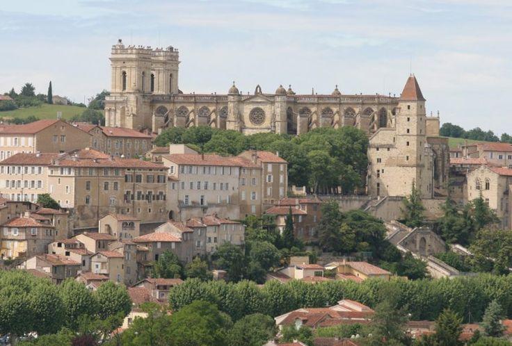 Si vous passez dans le Gers, n'oubliez pas de visiter Auch. Découvrez allègrement son riche patrimoine dont notamment la cathédrale Sainte-Marie, classée au patrimoine mondial de l'UNESCO
