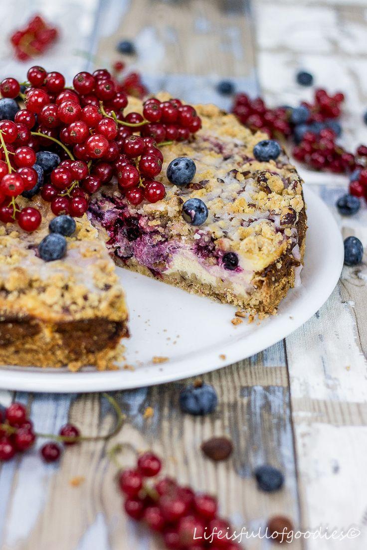 Ein fruchtiger, cremiger und gleichzeitig knuspriger Kuchen?! Ja, das geht! Mit diesem Beeren-Streusel-Käsekuchen bleiben keine Wünsche offen!