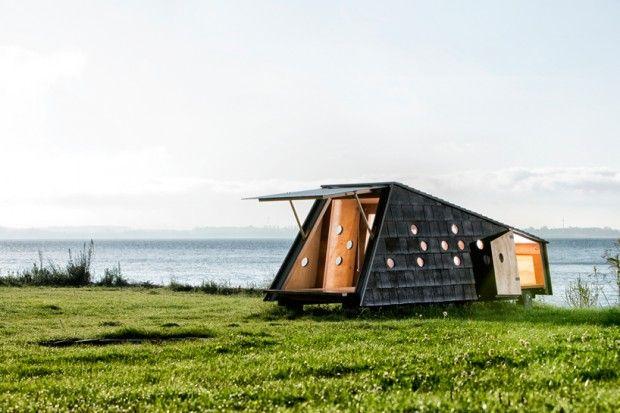 Nous devons ces magnifiques constructions en bois asymétriques au studio danois LUMO Arkitekter.  Les architectes ont dispersé sur une île de l'archipel de Fyn, ces étranges modules qui ont chacun une fonction particulière: un abri pour observer la nature, des chambres pour loger jusqu'à 7 personnes, des salles de bains, des coins repos… Ces refuges sont inspirés des anciennes huttes de pêcheurs qui servaient à sécher le poisson et à s'abriter.