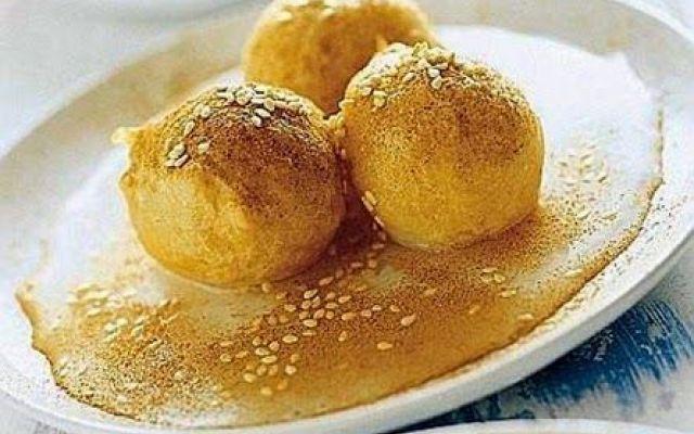 Palline fritte con sciroppo di miele e sesamo ecco la ricetta #palline #fritte #con #sciroppo #di #miele