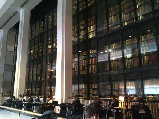 英国図書館セントパンクラス館(コリン・セント・ジョン・ウィルソン)  ■問題77  英国図書館セントパンクラス館(Colin St John Wilson)は、大きな三つのゾーンからなり、前庭から入る中央ゾーンは、傾斜屋根により高い天井高を有し、中央にガラス張りの積層式書架形式のライブラリーがある。