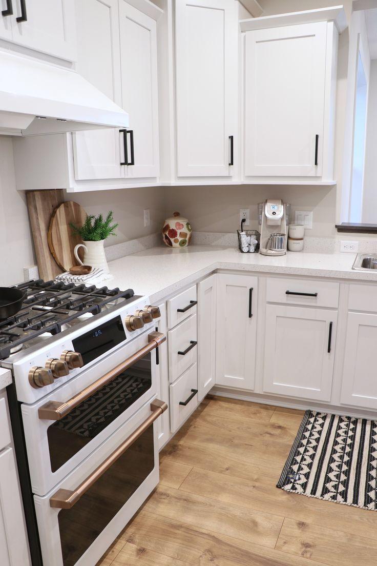 White Kitchen Cabinets Black Hardware White Kitchen Cabinets In 2020 Kitchen Cabinets Grey And White White Shaker Kitchen White Kitchen Appliances
