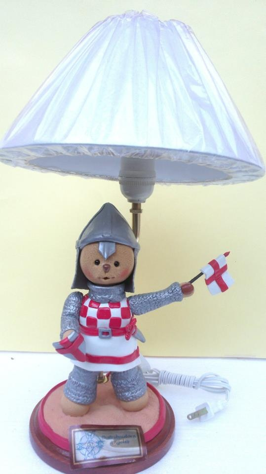 Lampara osito medieval modelado en porcelana fria.