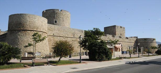 Castello Svevo Angioino - Manfredonia (Foggia) Ridisegnato dal trascorrere dei secoli, il Castello Svevo di Manfredonia è oggi sede del museo archeologico nazionale. 41°38′00″N 15°55′00″E