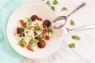 Courgetti met ricotta pesto en tomaatjes