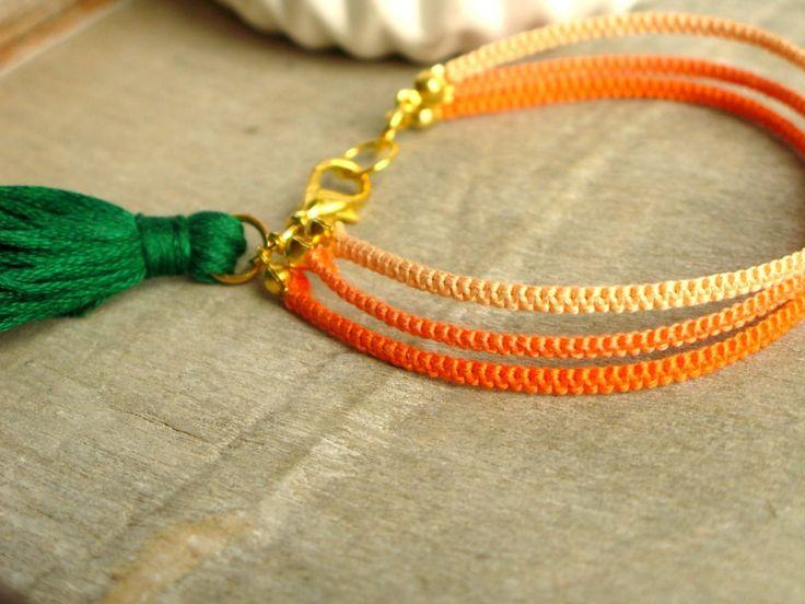 Bracelet tissé en coton avec un mini pompon vert : Bracelet par callenana