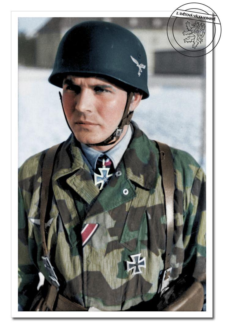 Fallschirmjäger Leutnant Dr. Bruno Sassen, držitel Rytířského kříže. Východní fronta, Rusko, leden 1942. Fallschirmjäger Lieutenant Dr. Bruno Sassen, holder of the Knight's Cross. The Eastern Front, Russia, January 1942.